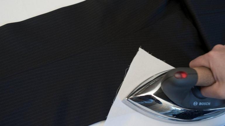 Come stirare la piega dei pantaloni