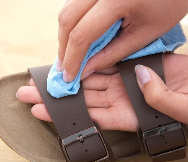 Come pulire sandali e zoccoli in sughero