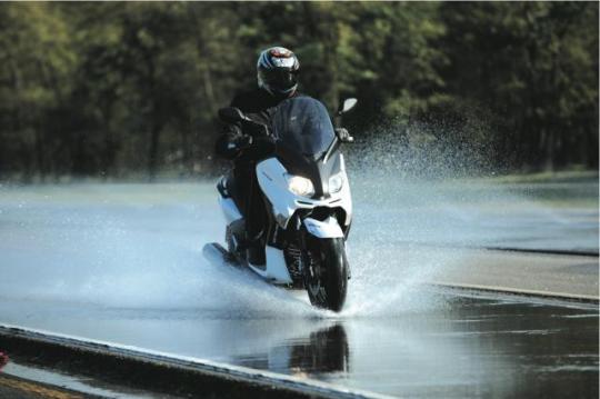 Come scegliere il giusto abbigliamento anti pioggia per la moto