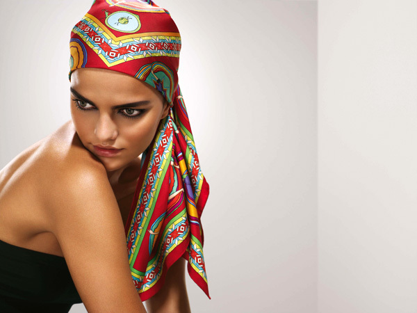 Quattro modi per usare il foulard