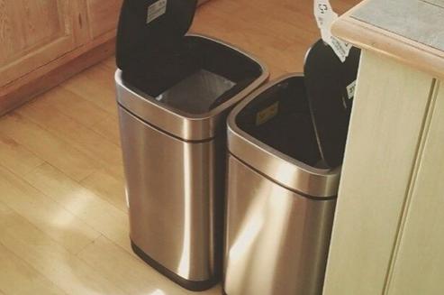 pulire i bidoni della spazzatua