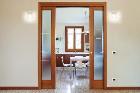 pulire porte in vetro e legno grezzo