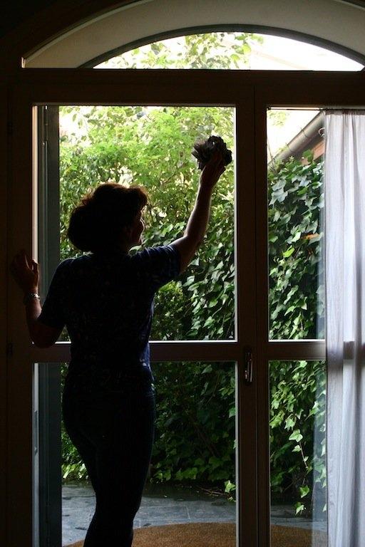 come pulire porte e finestre